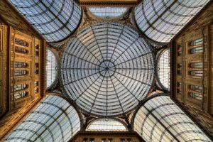 Galleria Umberto I, Napoli, Italia. Vista della cupola vetrata dall'interno. Bus Bari - Napoli, viaggia in pullman verso la Città Partenopea