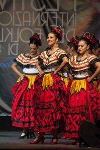 Donne con vestito tipico ballano al Festival del Folklore, Alatri, Italia. Linkavel Frosinone. Bus Firenze - Frosinone, viaggia in pullman verso la Ciociaria