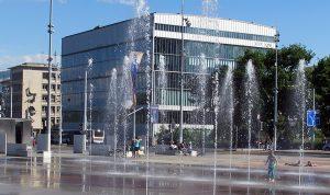 Fontana, Ginevra, Svizzera. Foto della piazza con schizzi d'acqua che si trova di fronte alla sede dell'ONU a Ginevra