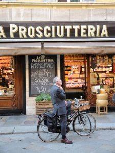 """Una """"prosciutteria"""" di Parma. Negozio di insaccati tipico dell'Emilia Romagna"""