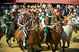 Palio di Siena, Toscana. Cavalli in corsa durante il Palio